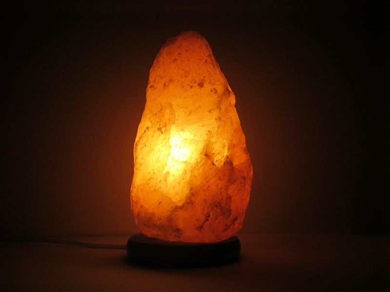 Lampada di sale rosa himalayano accesa